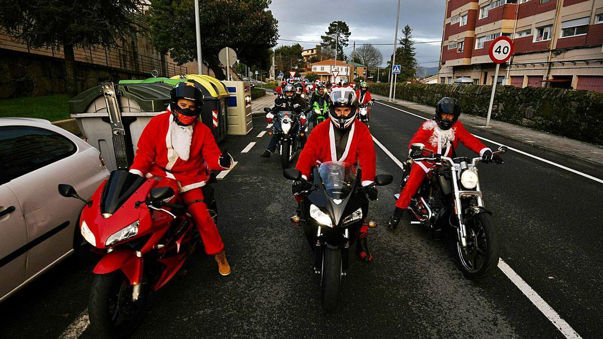 Papá Noel recorre Poio escoltado por una caravana motera | GUSTAVO SANTOS