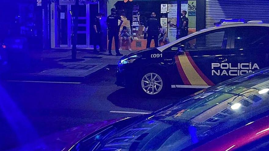 Huyen en estampida de una fiesta ilegal en un local de Gijón