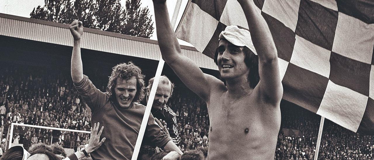 Willy van der Kuijlen, con el torso desnudo, celebra la Liga de 1975. | | LP/DLP