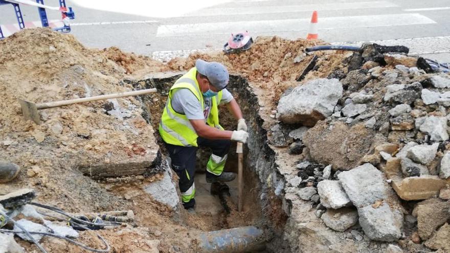 Un total de 2.000 abonados se quedan sin agua en Platja d'en Bossa por una avería