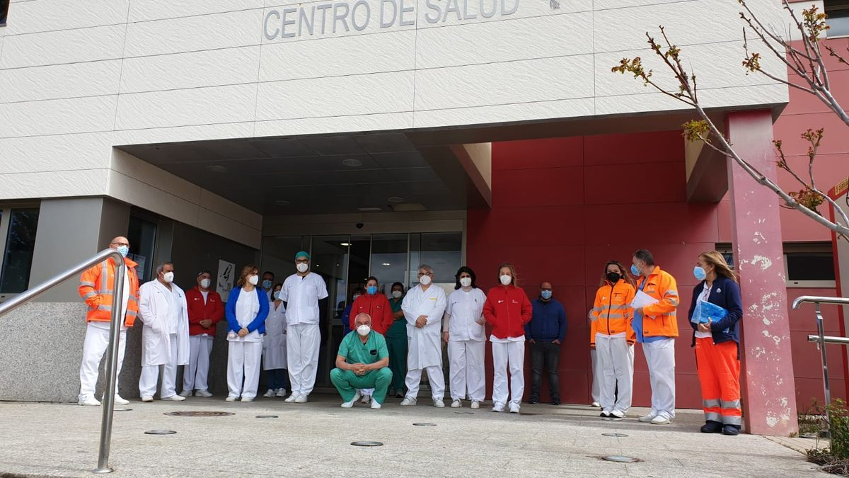Concentración de los sanitarios a las puertas del Centro de Salud de Puebla de Sanabria