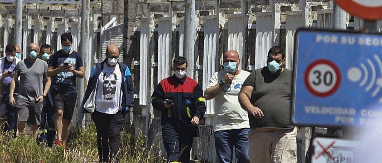 Trabajadores de Alu Ibérica, a la salida de un turno.