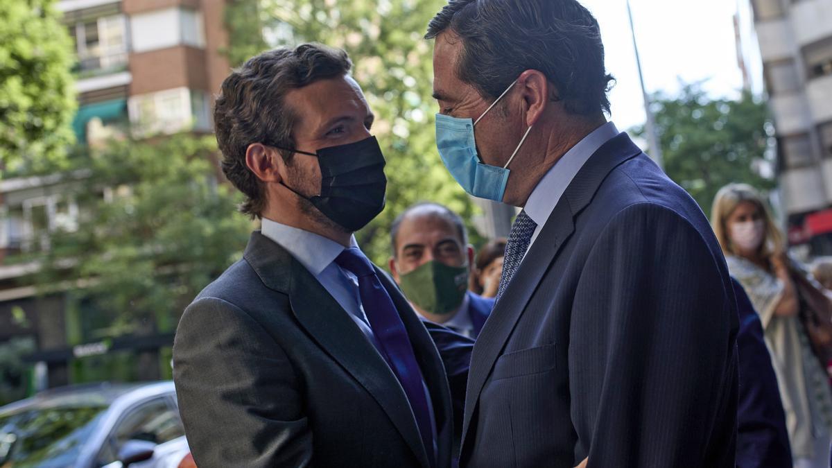 El líder del PP, Pablo Casado, saluda al presidente de CEOE, Antonio Garamendi.