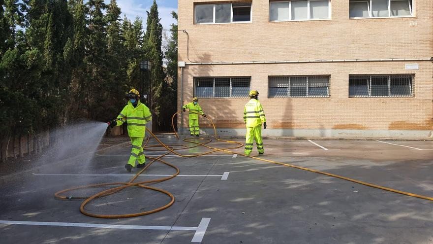 Los bomberos forestales desinfectan las entradas a residencias y al centro de salud de Crevillent