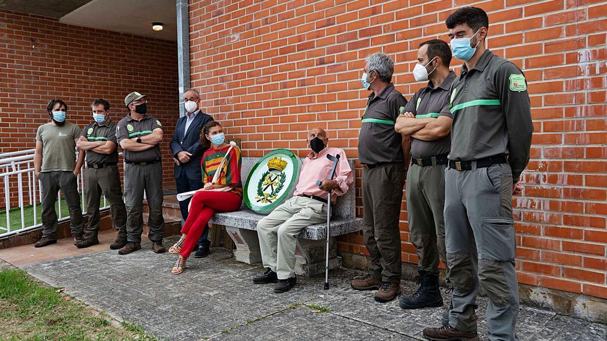 Clara San Damián y el alcalde, Francisco Antón, junto al escudo de la Guardería, flanqueados por los agentes y técnicos medioambientales, a las puertas de las nuevas instalaciones de Mombuey.   Jose Luis Fernández