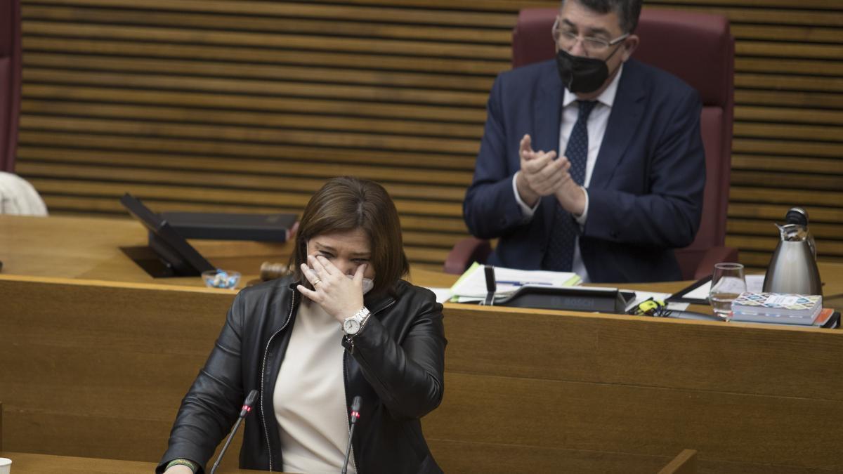 Isabel Bonig se seca las lágrimas durante una intervención en su despedida de ayer en Les Corts.