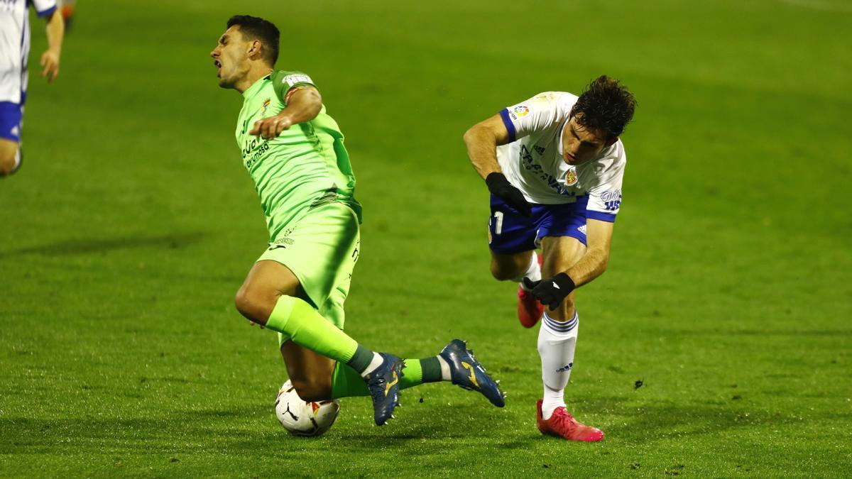 Juanma, en el partido ante el Zaragoza en La Romareda de la temporada pasada con Iván Azón.