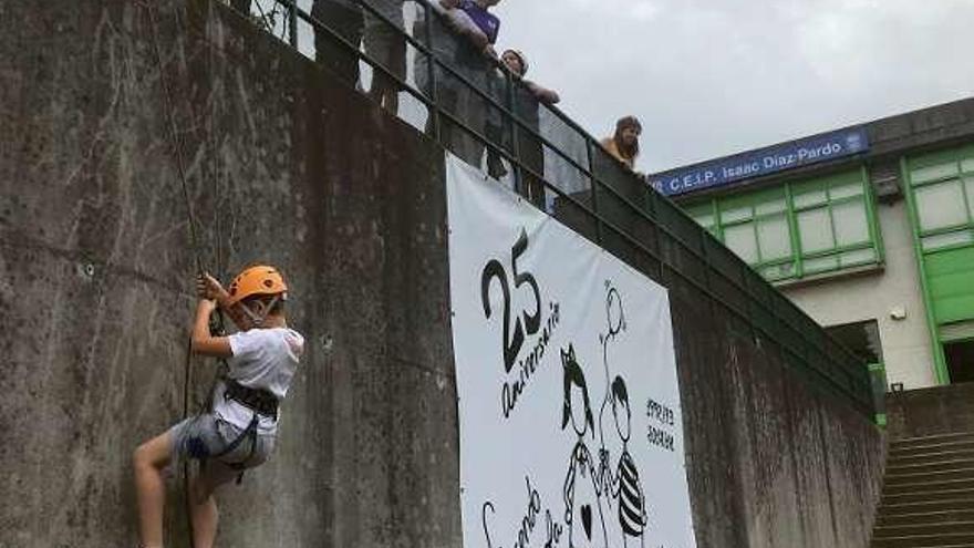 Pequeños cullerdenses se inician en el alpinismo en el muro del Díaz Pardo