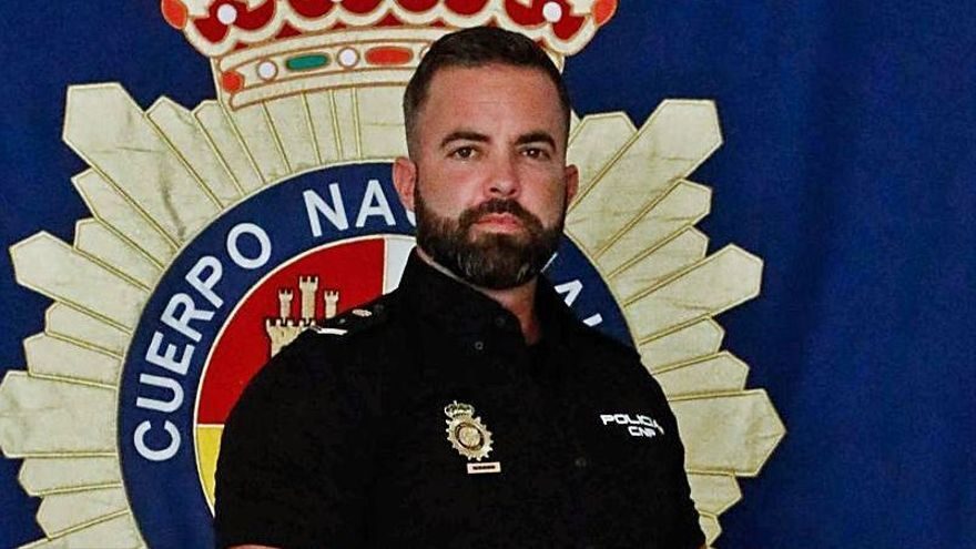 El policía que salvó a un hombre de morir ahogado.   MIGUEL ÁNGEL MONTESINOS