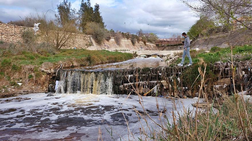 El Seprona investiga un vertido en el río Vinalopó entre Villena y Elda