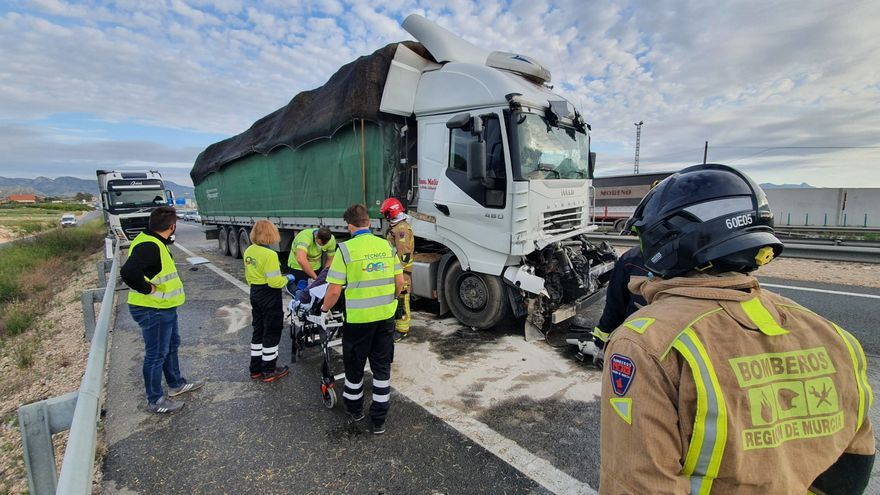 Herido grave tras chocar tres camiones en la A-30 a la altura de Fortuna