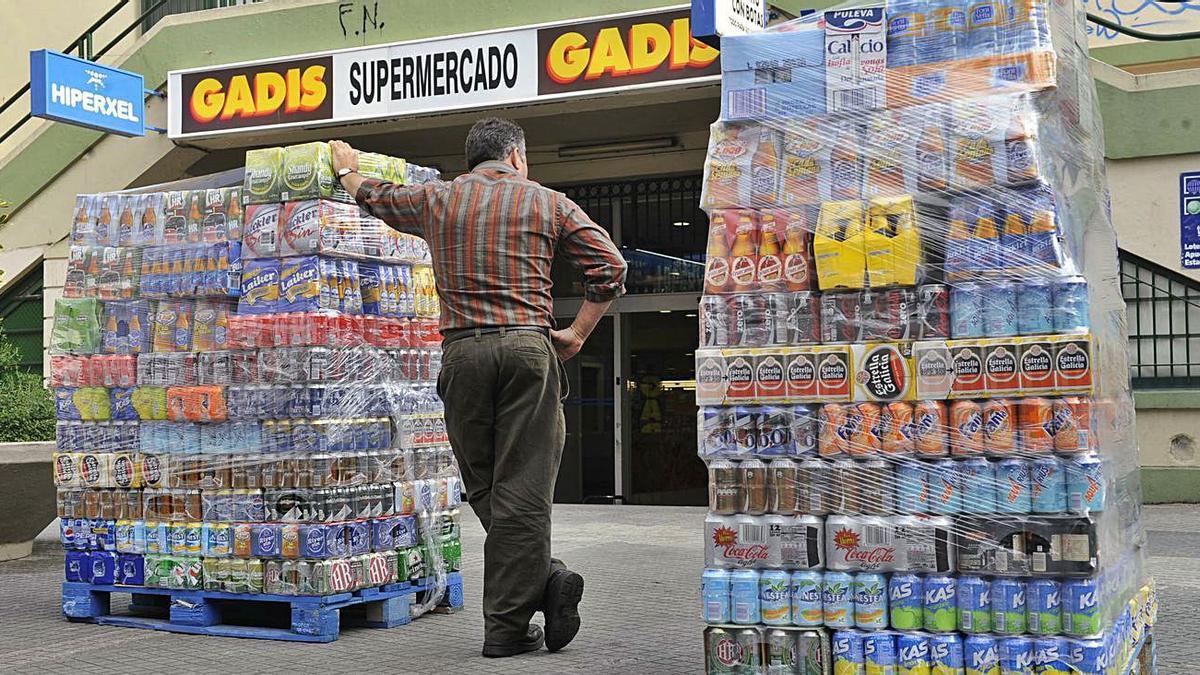 Un repartidor de bebidas, ante el supermercado Gadis del mercado de San Agustín.   | // CARLOS PARDELLAS