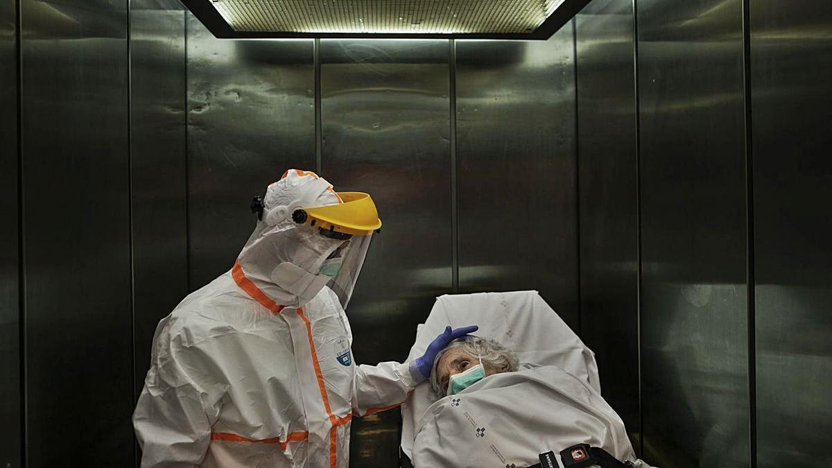 El servicio de ambulancia de la pandemia traslada al HUCA a una mujer de 89 años con covid-19. | Manu Brabo