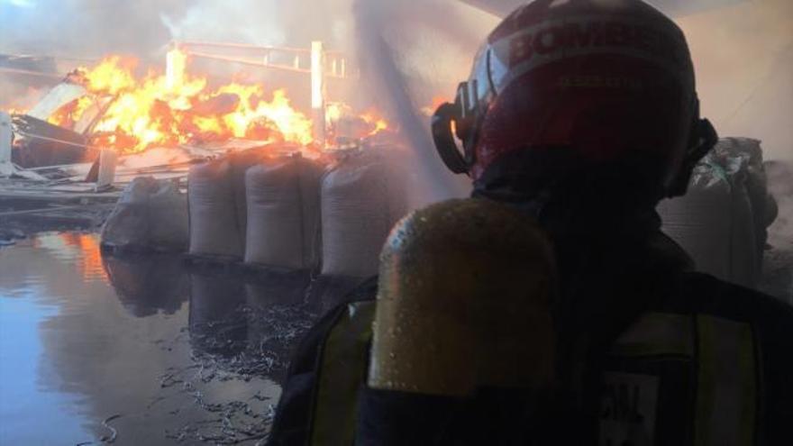 Incendio en una fábrica de maderas de la Vall d'Alba