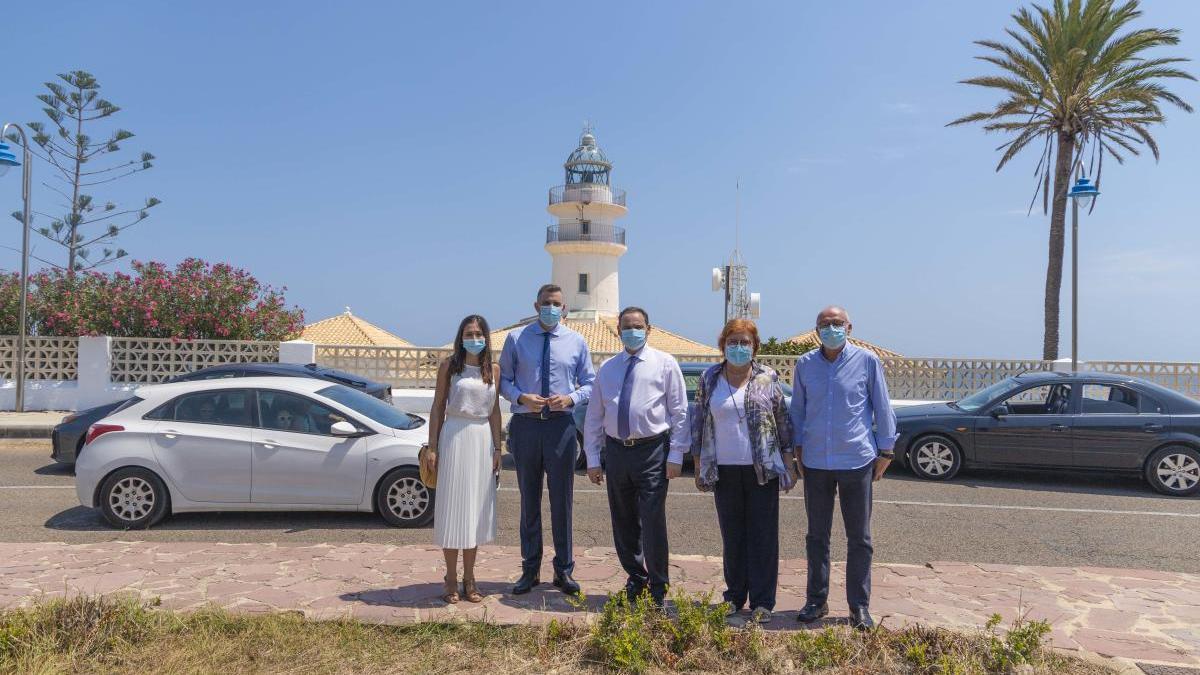 El ministro Ábalos, el alcalde y otras autoridades ante el faro de Cullera.