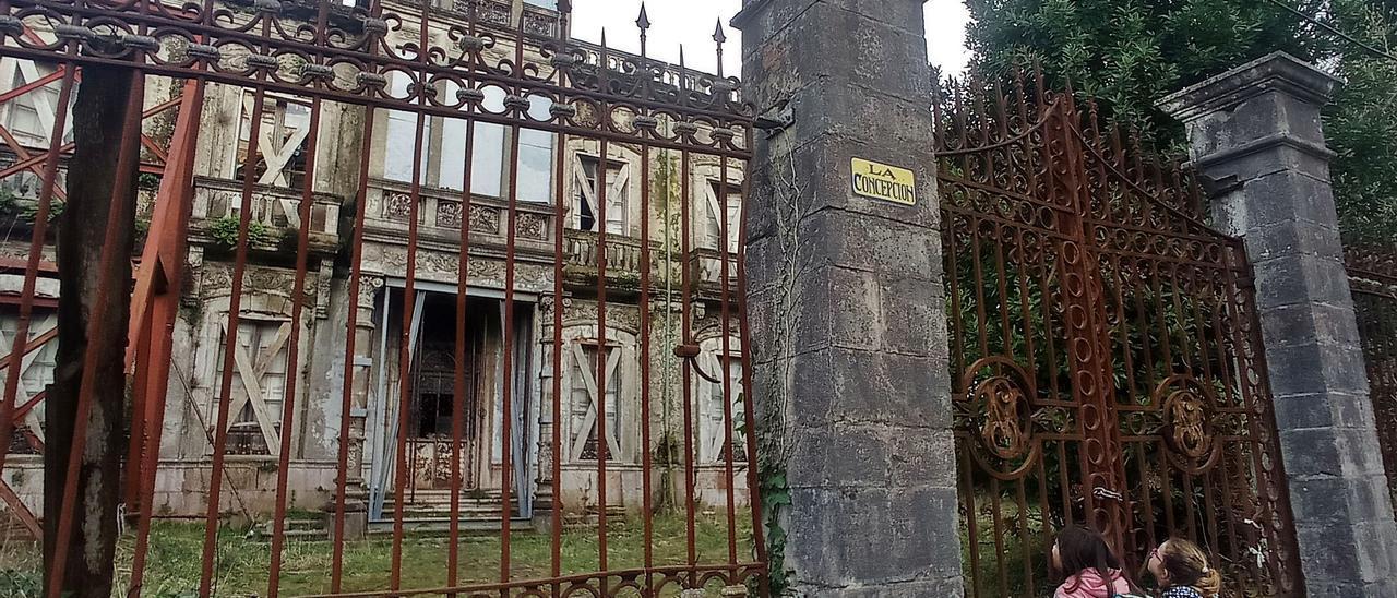 Dos niñas observan el palacio de La Concepción, en Llanes.   E. S. R.