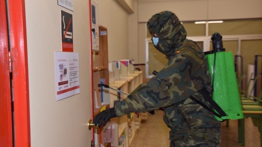 La Brigada Paracaidista de Murcia desinfecta el colegio Santa Catalina de Pinoso