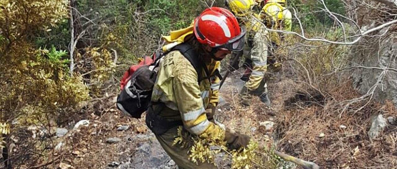 Tareas de extinción desarrolladas por los bomberos de la Generalitat y la Diputación en Benimantell.