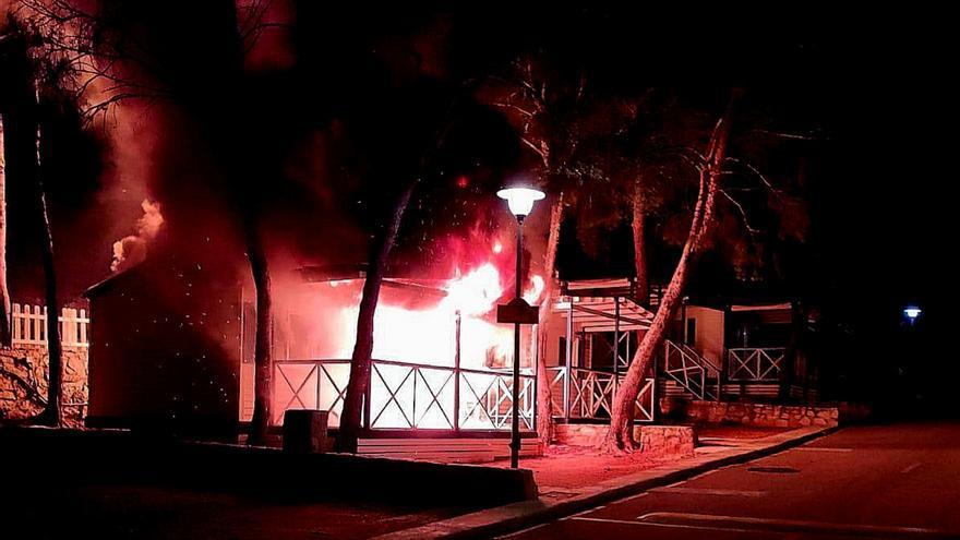 Un incendio en un camping de Cullera destruye dos bungalows de madera