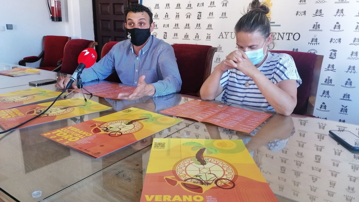 El alcalde y la concejala de Fiestas, Tomás del Bien y Sara Pérez, presentan el Verano Cultural