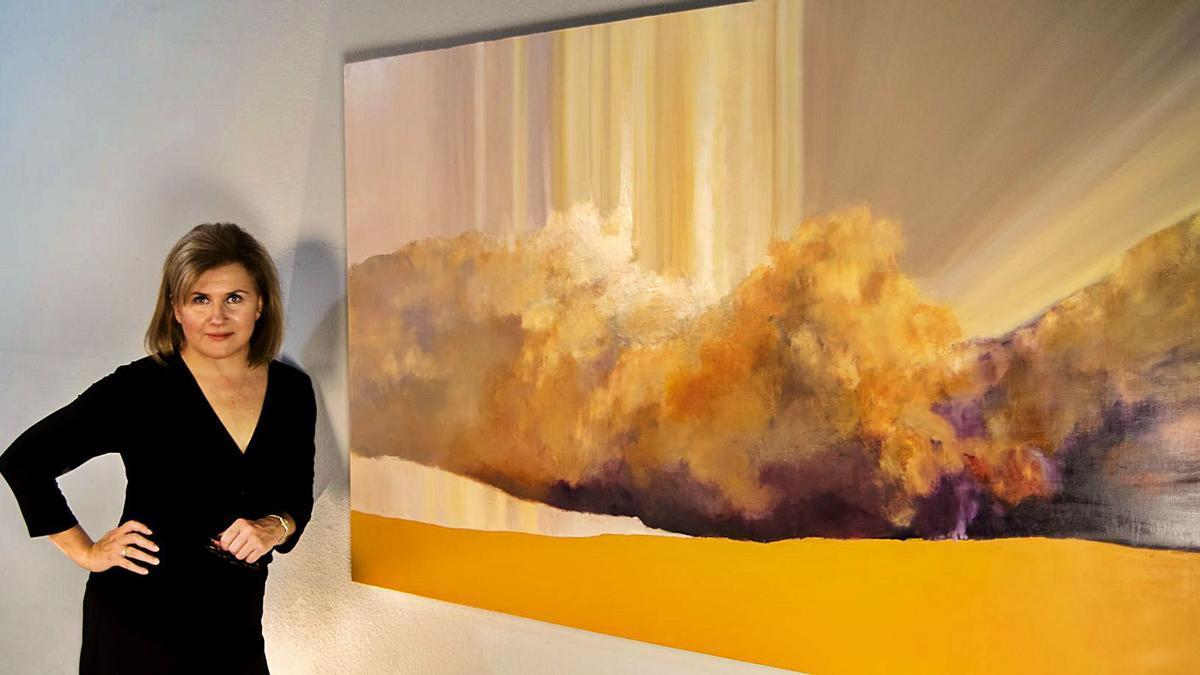 La zamorana Julia San Román posa junto a una de sus nuevas obras.
