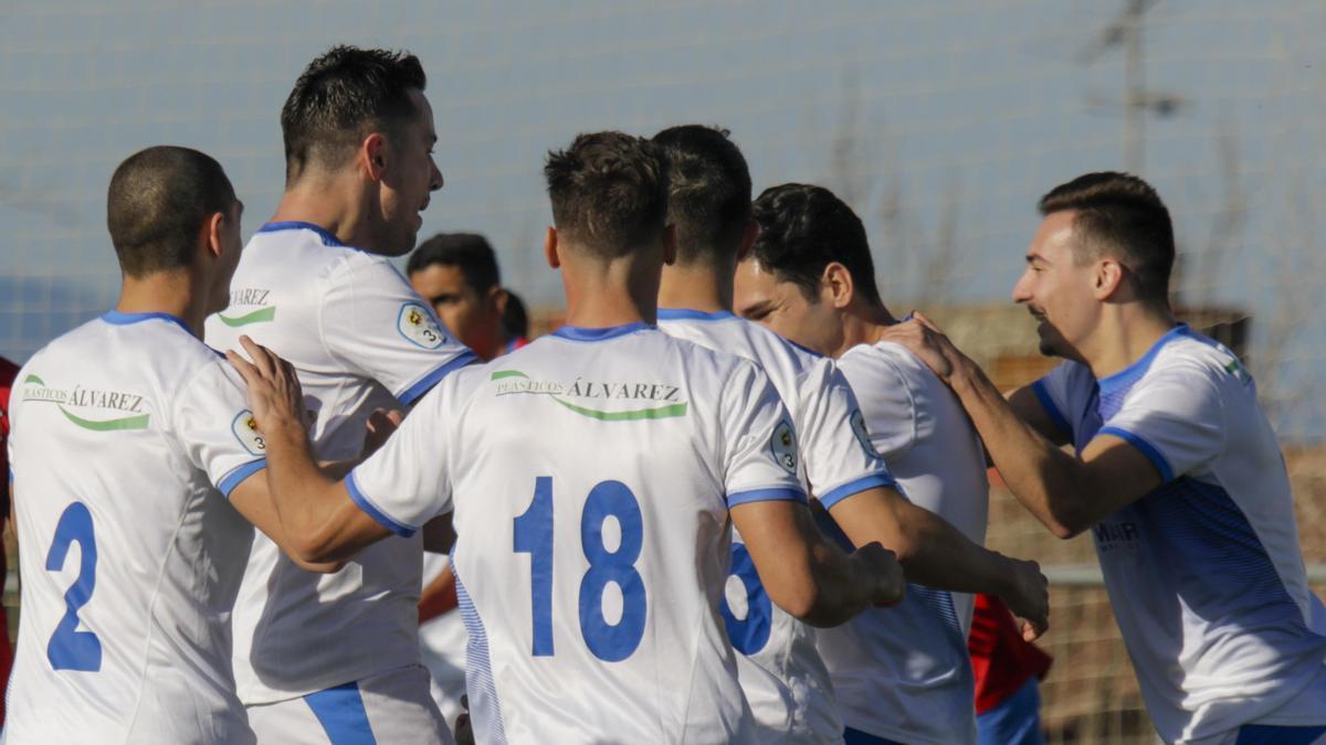 Los jugadores del Olivenza celebran un gol en un partido anterior.