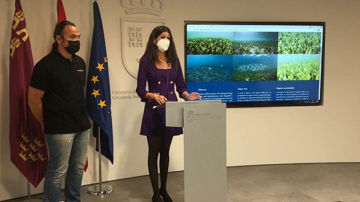 La directora general del Mar Menor, Miriam Pérez, en una rueda de prensa reciente sobre el Mar Menor