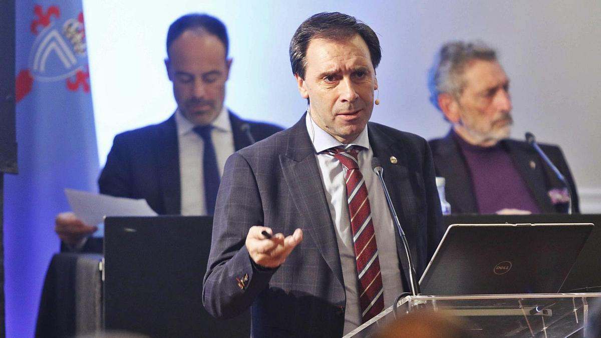 Felipe Miñambres,  durante una intervención en una de las asambleas generales del Celta. |  // ALBA VILLAR