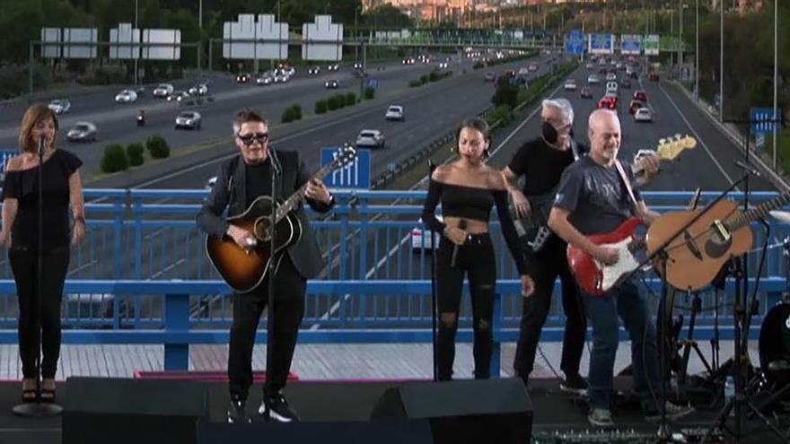 Alejandro Sanz ofrece un concierto sorpresa en un puente de la M30 en Madrid