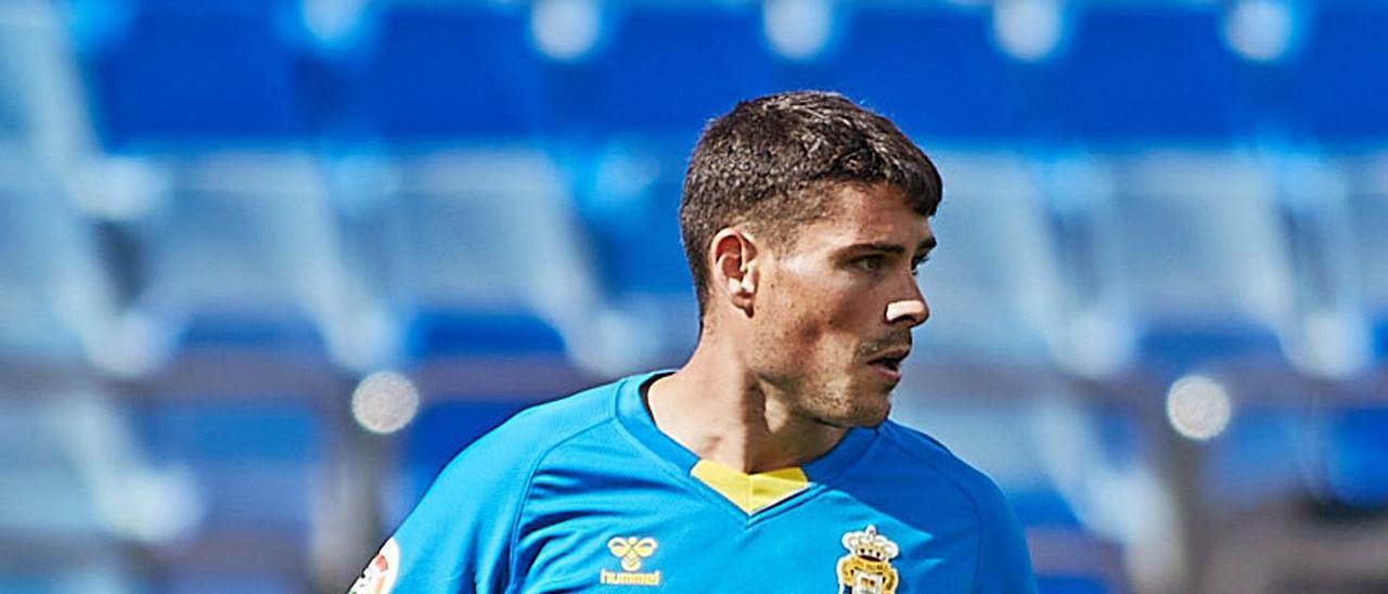 Sergio Ruiz, con el balón durante el partido frente al Zaragoza en La Romareda, esta temporada.     LOF