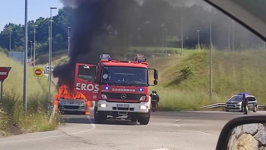 Susto tras arder un vehículo en la minera en Siero