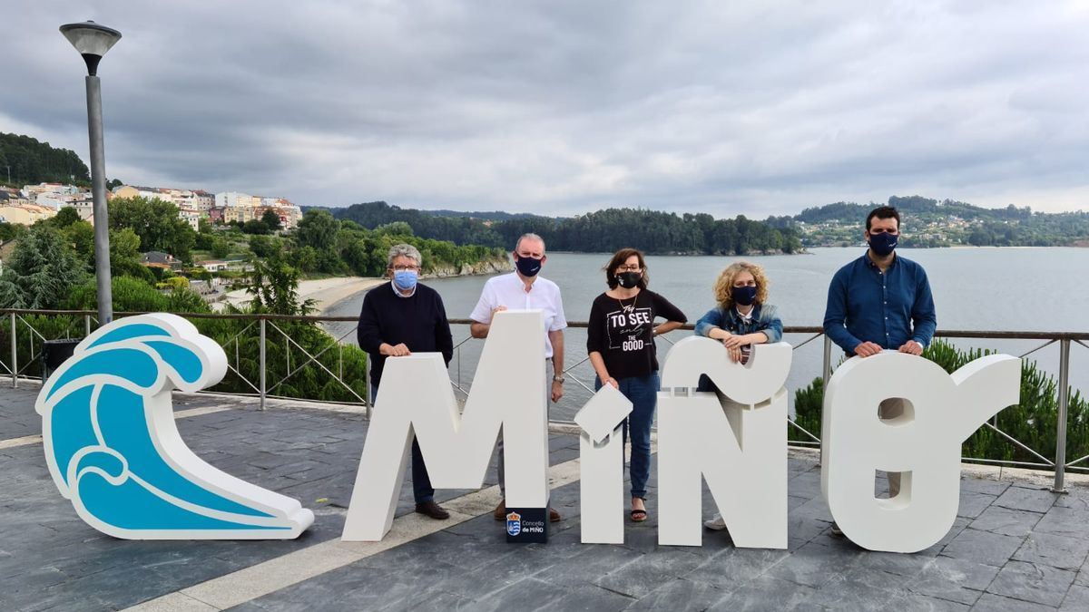 El alcalde de Miño, segundo por la izq. y los ediles del Gobierno local posan con las letras de su lema en el entorno de A Ribeira