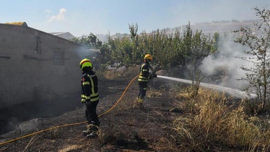 Los bomberos apagan un incendio en una antigua granja de Gorga