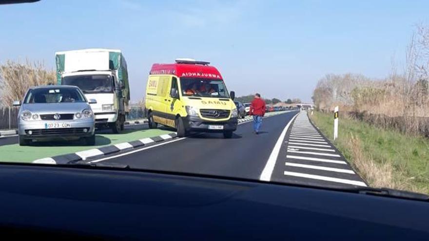 La nueva mediana de la CV-500 dificulta el paso de una ambulancia