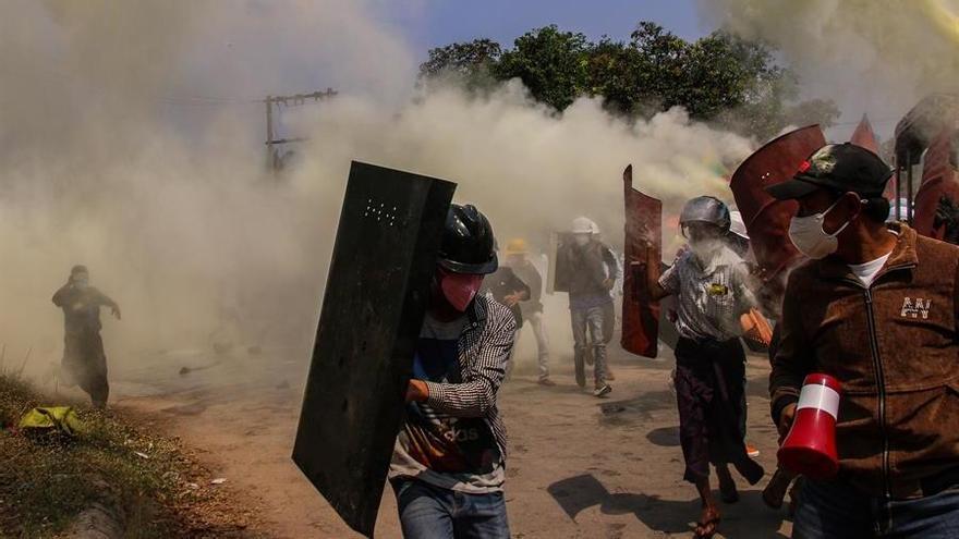 Los militares birmanos ordenan cerrar 5 medios independientes