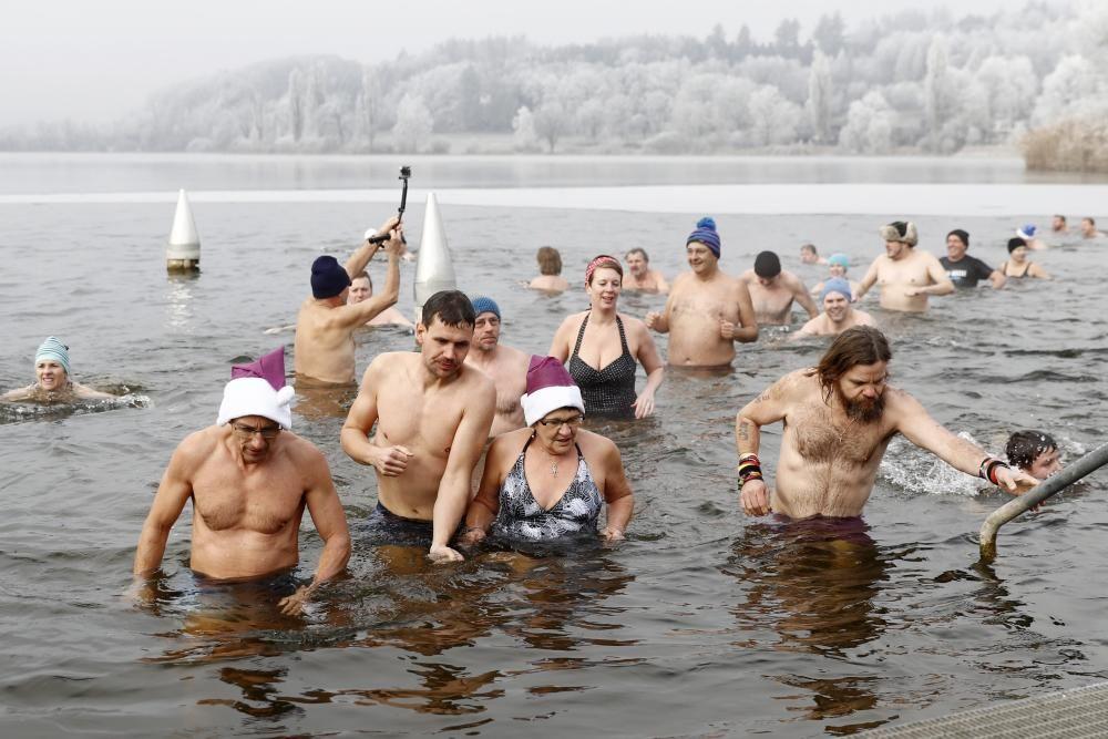 Baño tradicional en la víspera del Año Nuevo en el lago Moossee de Moosseedorf, Suiza.
