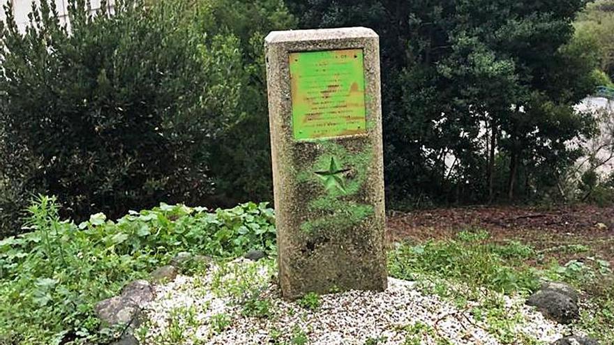 """El monolito de los """"Mártires de Anguieiro"""" sufre un acto vandálico y lo cubren con pintura verde"""