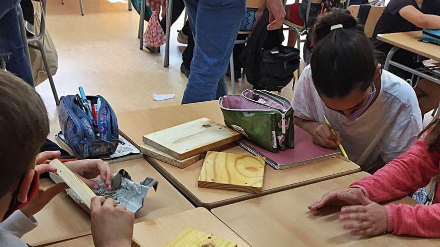 L'alumnat de l'escola Les Passeres de Castellolí fa un taller per muntar caixes niu per a ocells