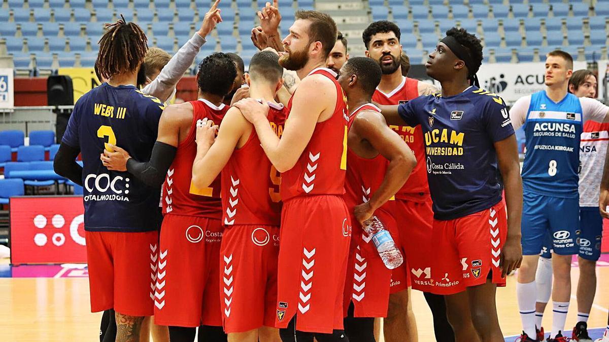 Los jugadores el UCAM, celebrando la victoria en San Sebastián. | ACB PHOTO