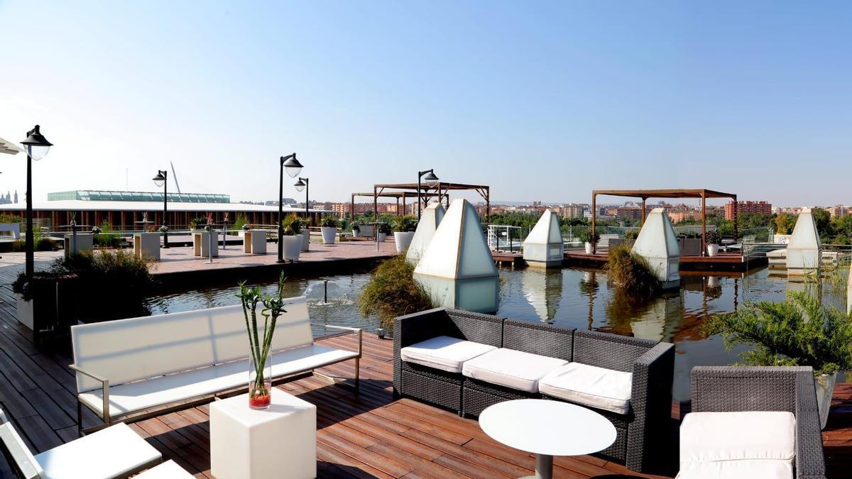 La terraza, donde se puede hacer la sobremesa tomando alguna bebida, tiene unas vistas únicas.