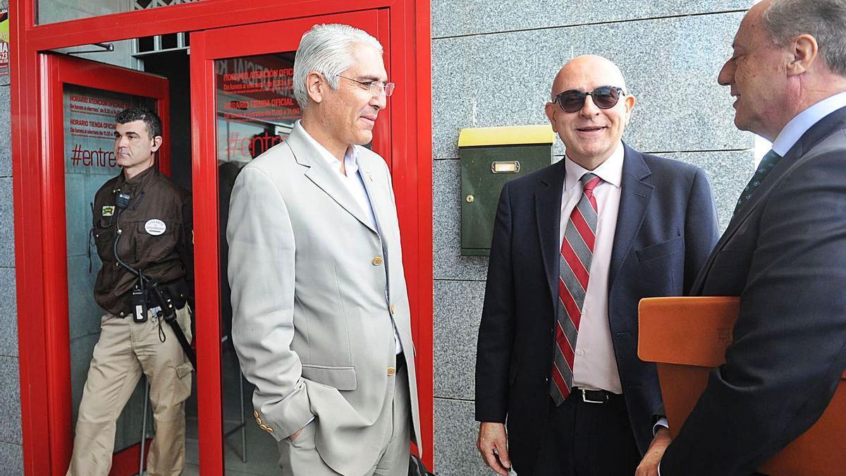 Mauricio García en la puerta de NC al impedirle entrar a una Junta de Accionistas del club.   JUAN CABALLERO