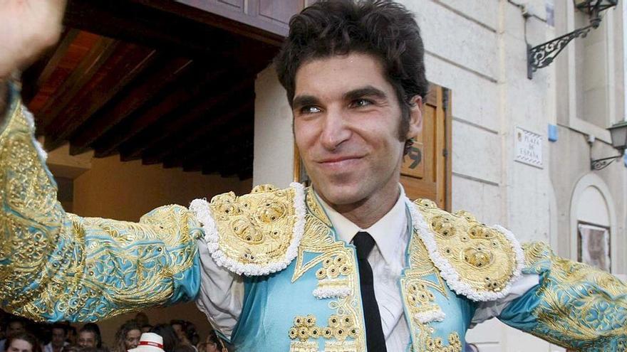 Cayetano, activista Armani del toro