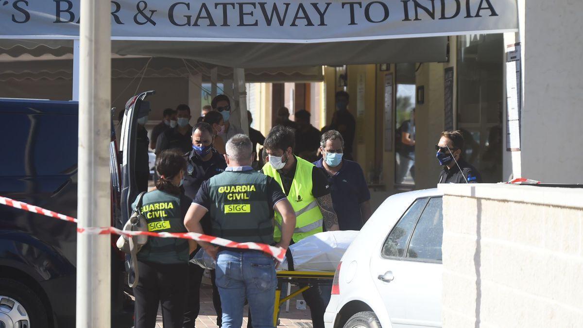Agentes en el lugar del suceso, en el que murieron el conductor del coche y un cliente que estaba en la terraza con su esposa.