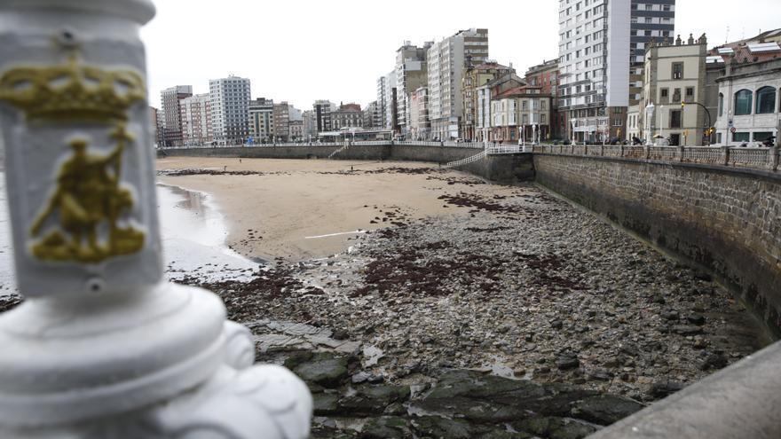 El temporal se lleva gran cantidad de arena de la playa de San Lorenzo