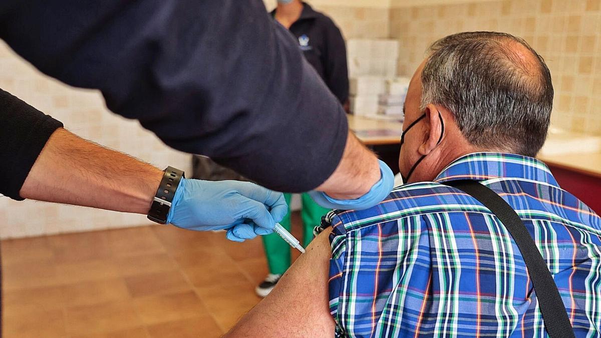 Un hombre se vacuna contra la covid-19 en el punto masivo de la Universidad de La Laguna (ULL).