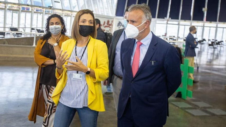 Visita de Ángel Víctor Torres al centro de rastreadores en el Recinto Ferial de Santa Cruz de Tenerife