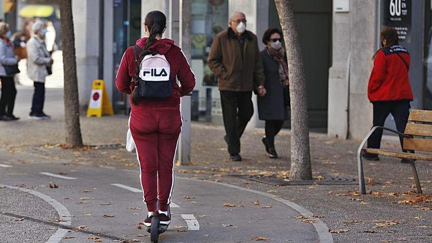 Què hi fa un patinet per la carretera Barcelona?