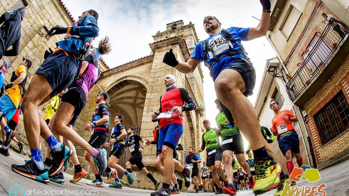 Los corredores en la salida de Fermoselle en la pasada edición