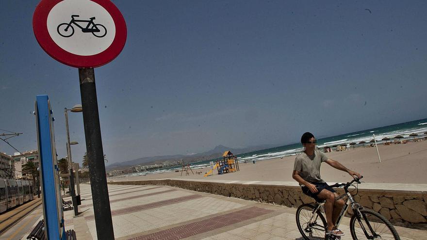 El Campello baraja permitir otra vez las bicicletas en los paseos de Muchavista y Carrer La Mar