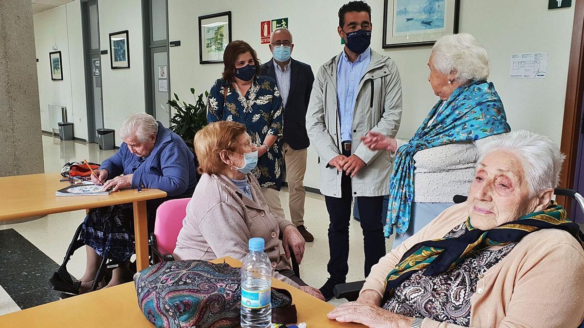 Visita del delegado territorial de la Xunta, Luis López, a la Residencia de Mayores de Campolongo. |   // FDV